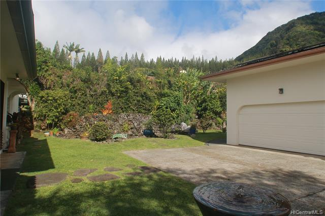 Upper huge driveway landing allows for stair-free entrance to the home... thus the entire main living area is level.