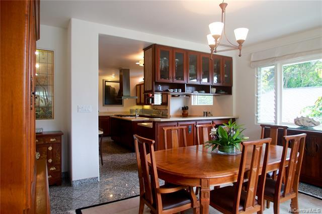 Generous sized kitchen/dining area is perfect for entertaining. New kitchen in 2007.