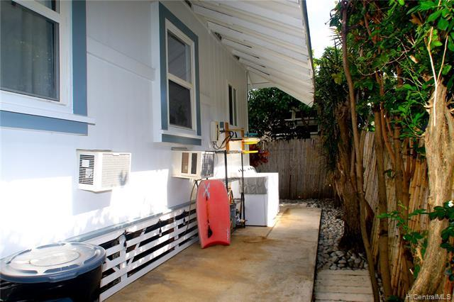 Lots of space and easy maintenance yard w. huge overhang offers space for the W/D, surf-rack and for the hobbyist...