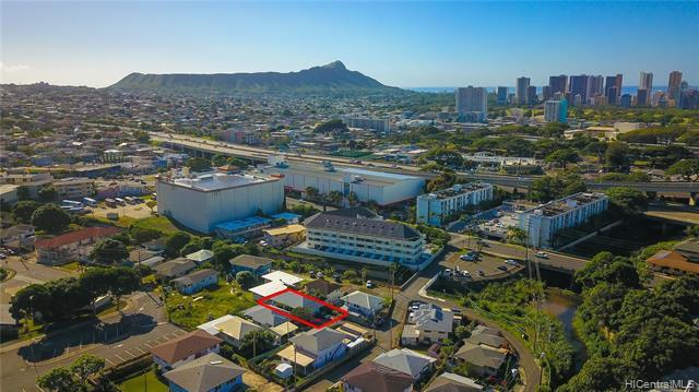 Tucked away off the main path, yet right in the center of Honolulu and minutes to beaches, shops, Waikiki, Downtown, UH, schools and parks...