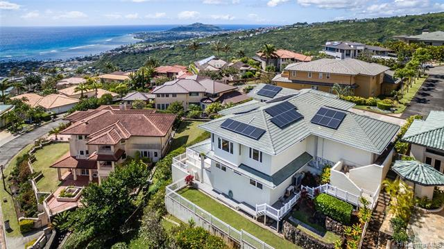 This spacious family home is IDEALLY POSITIONED to take advantage of BEAUTIFUL OCEAN, DIAMOND HEAD &