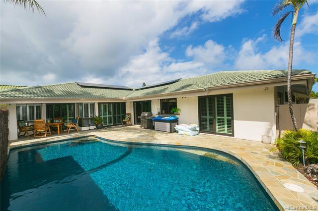 Prestigious QUEEN'S GATE-Gated Private Golf Course Community Near Sandy Beach-Beautifully Remodeled