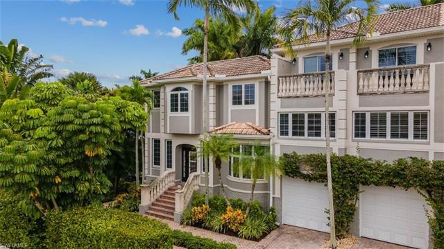 V.3060 - Truly move-in ready, this stylish remodeled townhome is in close proximity to Naples Bay, 5