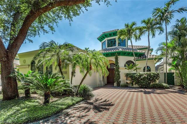 This Vizcaya villa is perfectly situated on a beautiful lake with incredible views, soft breezes and