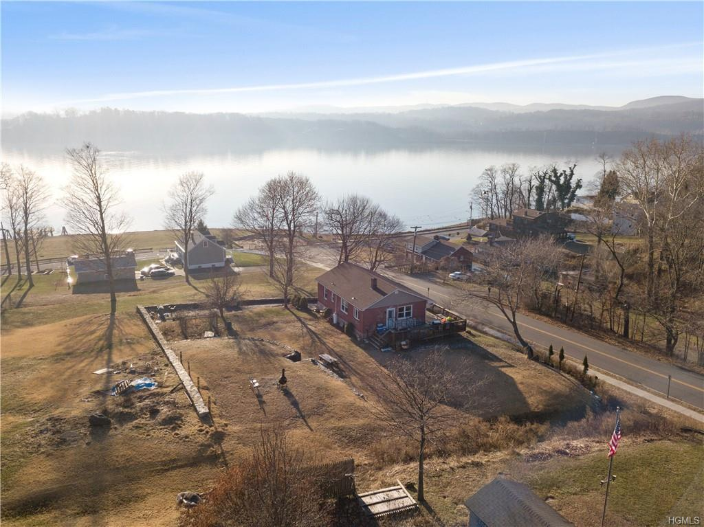 Verplanck, 3 bed, 1 bath 900sqft ranch that sits hill top with once in a lifetime river views. With