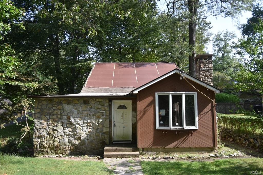 Cute bungalow located in Lake peekskill near the lake for nature activities.  First floor living wit