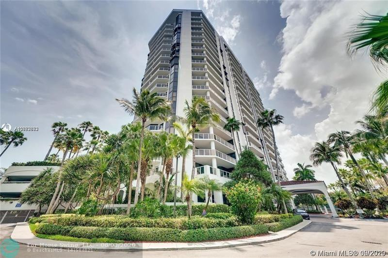 Beautiful condo in Aventura, with beautiful views north and east. Walking distance along the marina