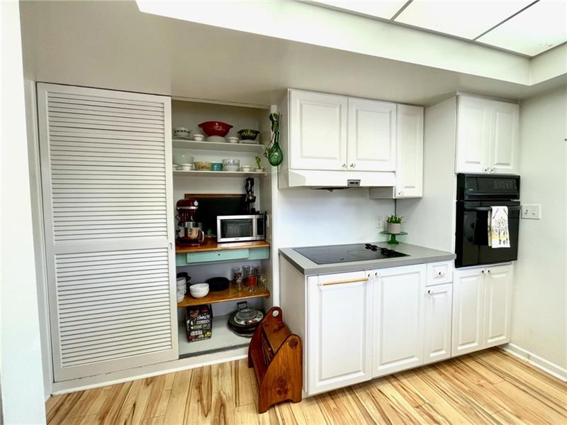 Tons of storage in kitchen