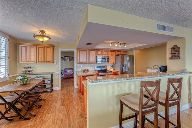 Large eat in kitchen with additional cabinet space