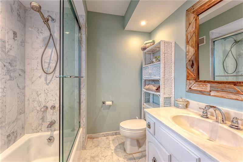 large bathroom with tub/shower combo