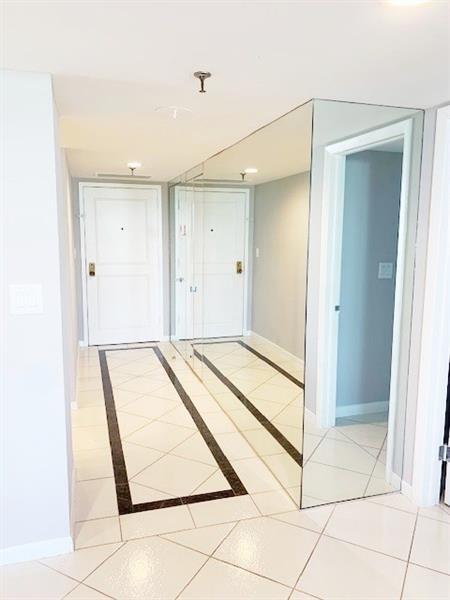 Wide foyer entry