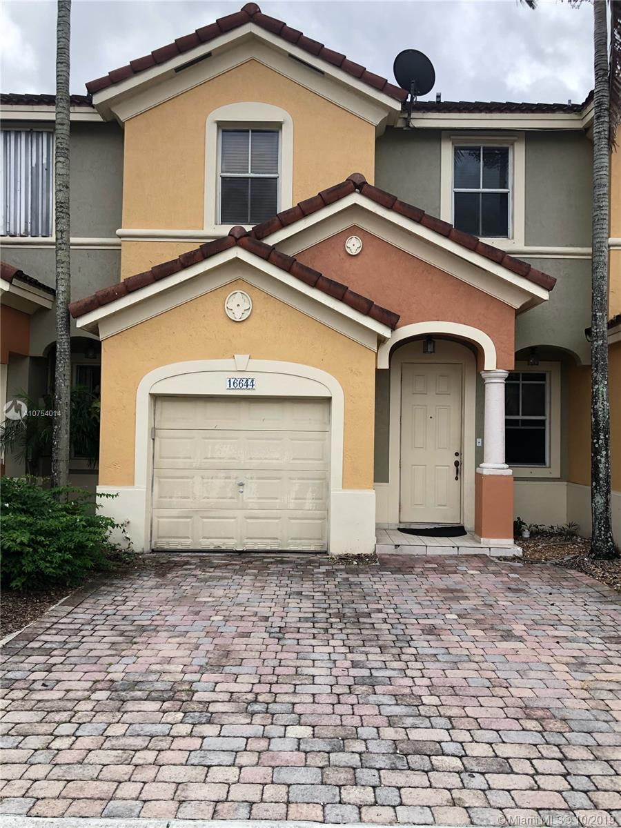 BEAUTIFUL TOWNHOUSE AT KENDALL AREA, 3 BED AND 2.5 BATH.  GARAGE. PATIO AND MUCH MORE. GREAT CONDITI