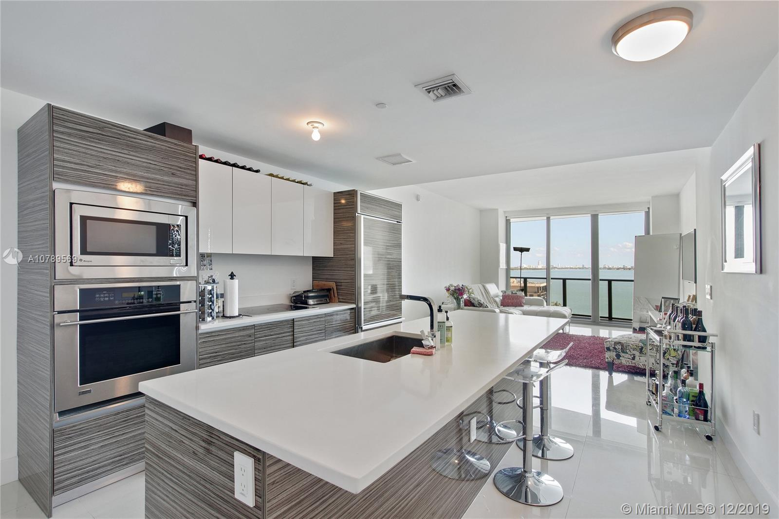 Beautiful unit in a fabulous building. Modern and updated with top of the line kitchen and baths. Wa