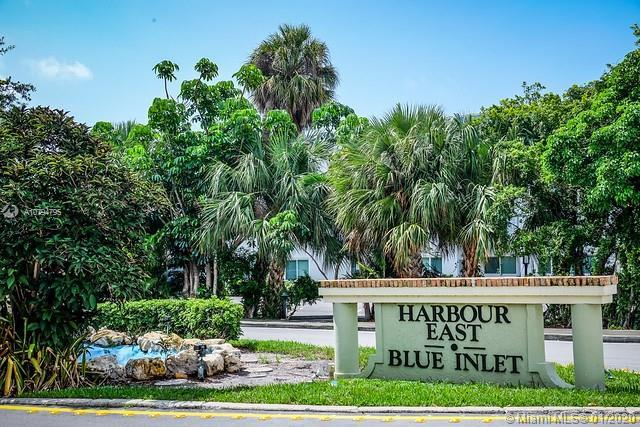 Welcome to the downtown Boca lifestyle with an Intercoastal view. Sit on the dock, relax, then walk
