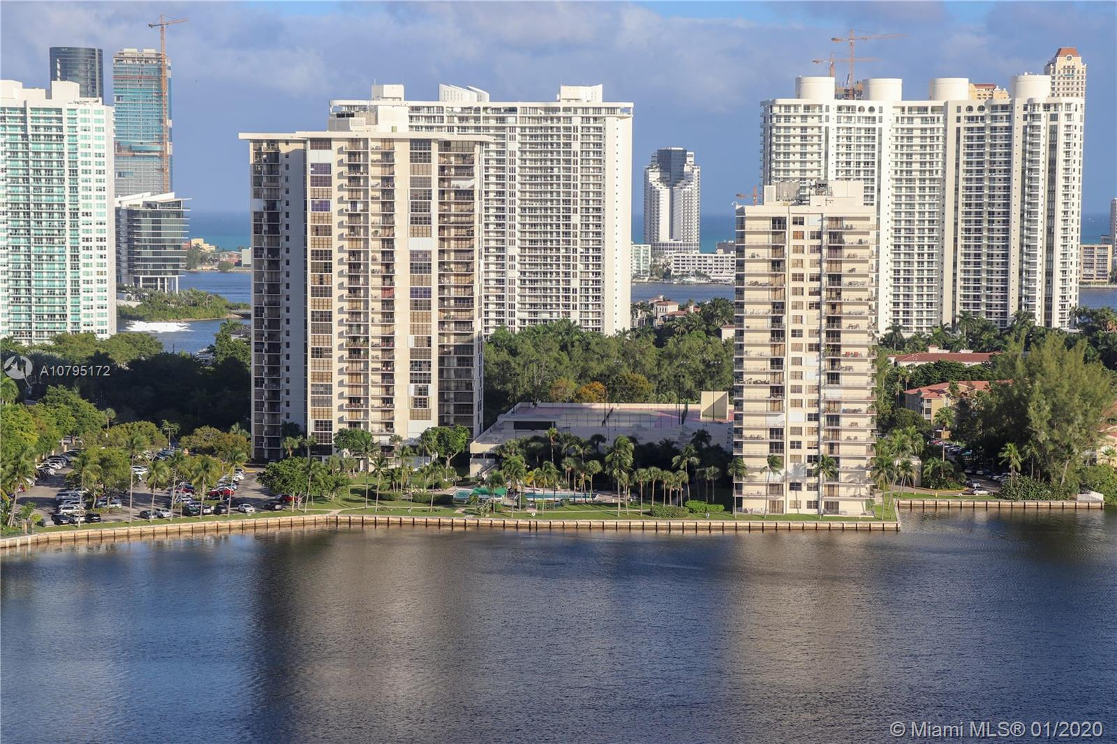 Stunning lake view for this charming apartment located in the heart of Aventura! This 1bed / 1 bath