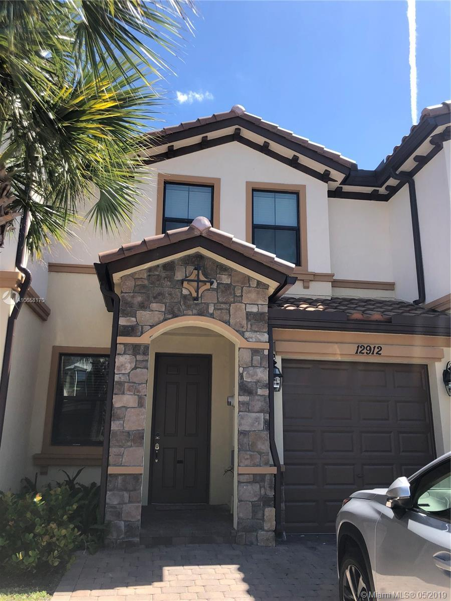 Large townhome in beautiful Boynton Beach. Open concept kitchen with custom granite countertops & st