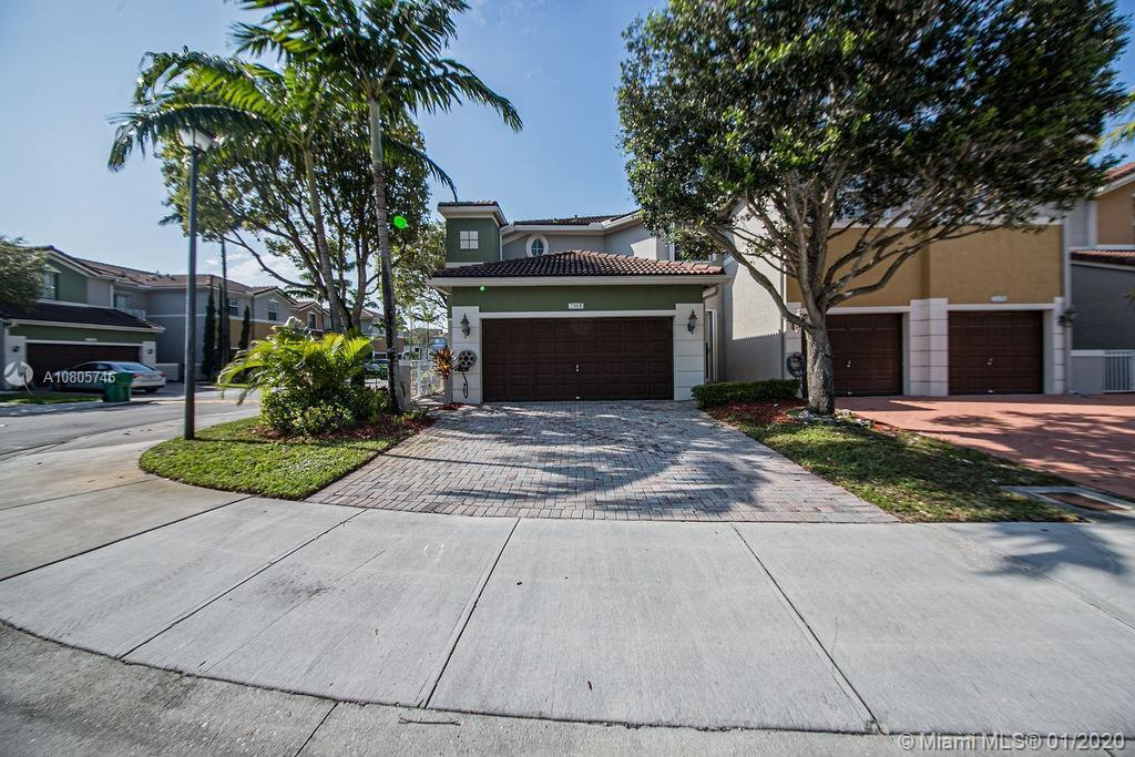 Beautiful 3 beds/3 full baths corner townhouse at gated community in Doral. Spacious, full of light