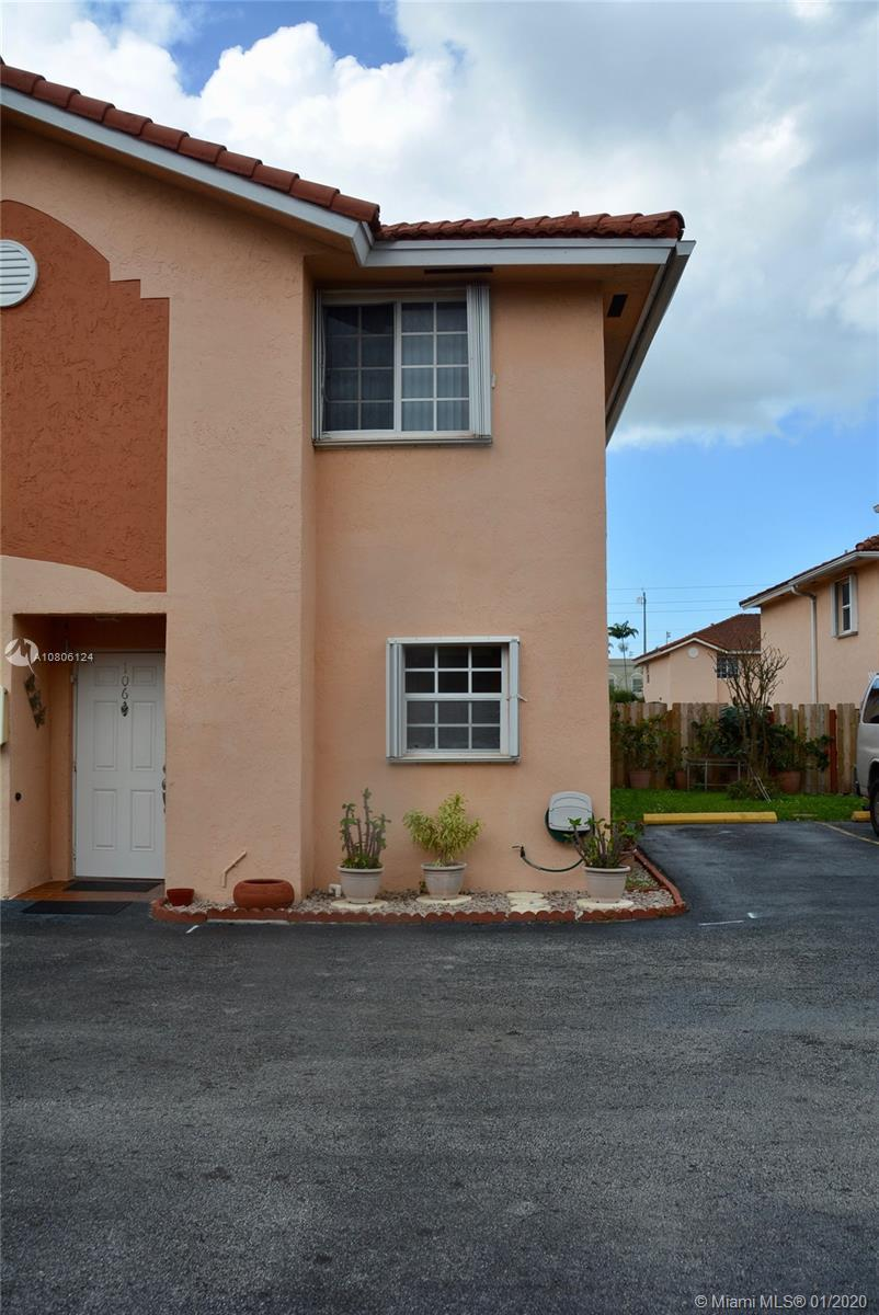 Beautiful corner unit CONDO/TOWNHOUSE style in West Hialeah. Very well kept but It's original owner.