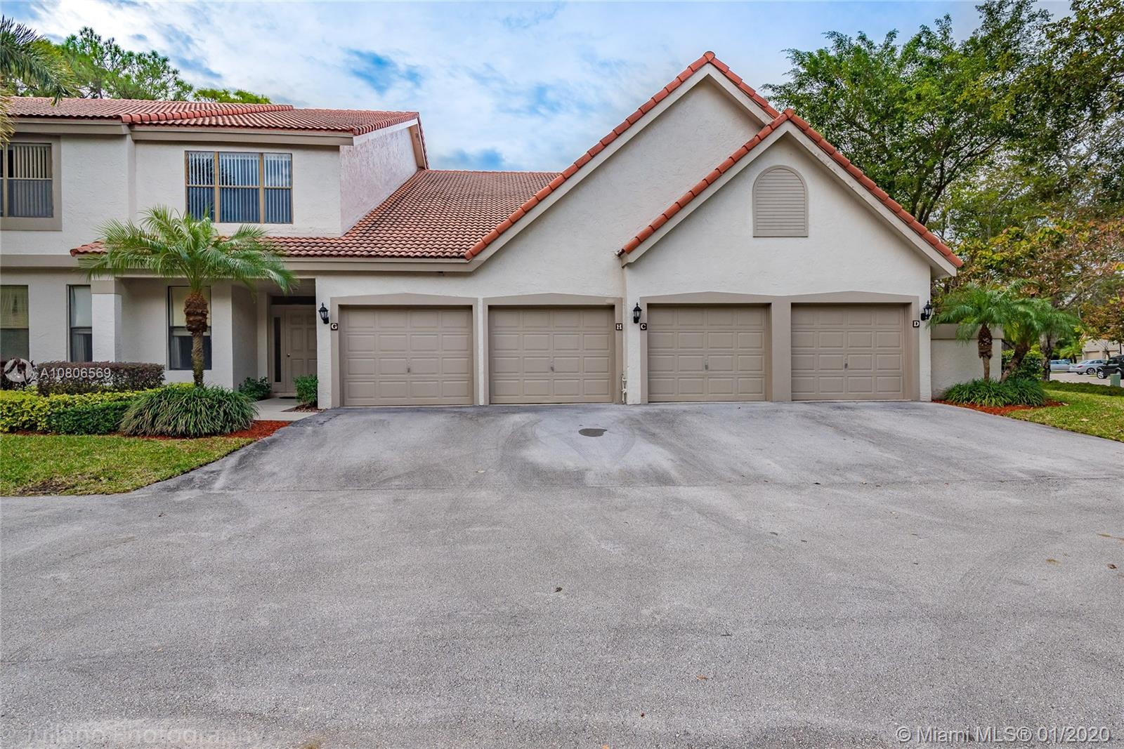 Priced to Sell! 3 Bed / 2 Bath with vaulted high ceilings, large master bedroom, large master bath,