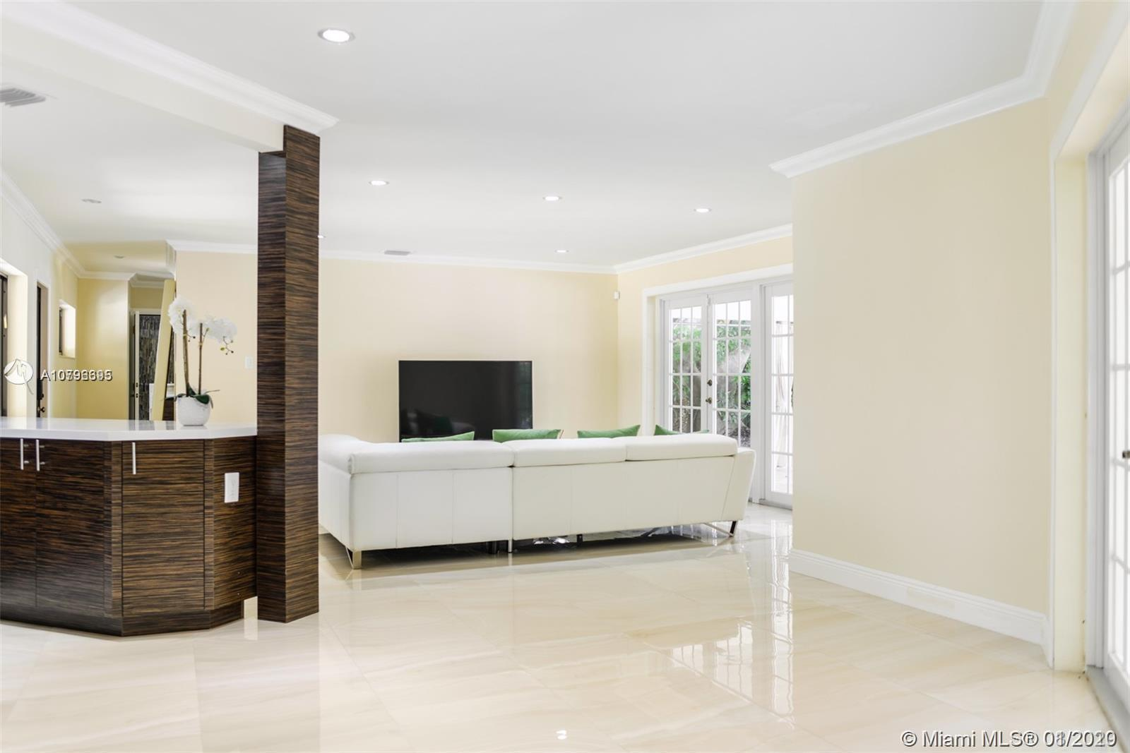 Wonderful opportunity in the heart of POMPANO BEACH! Everything that you could ever dream about: ful
