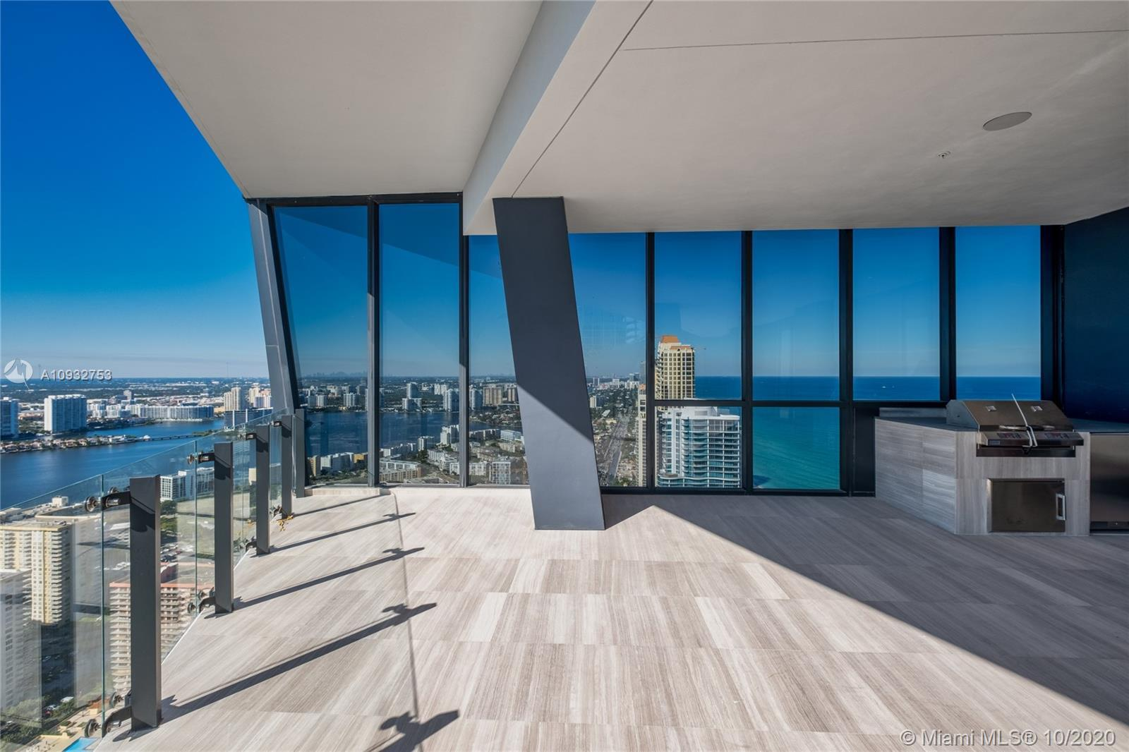 Gorgeous unit on the 41th Floor with incredible panoramic and intercostal views. Unit Features: 12'