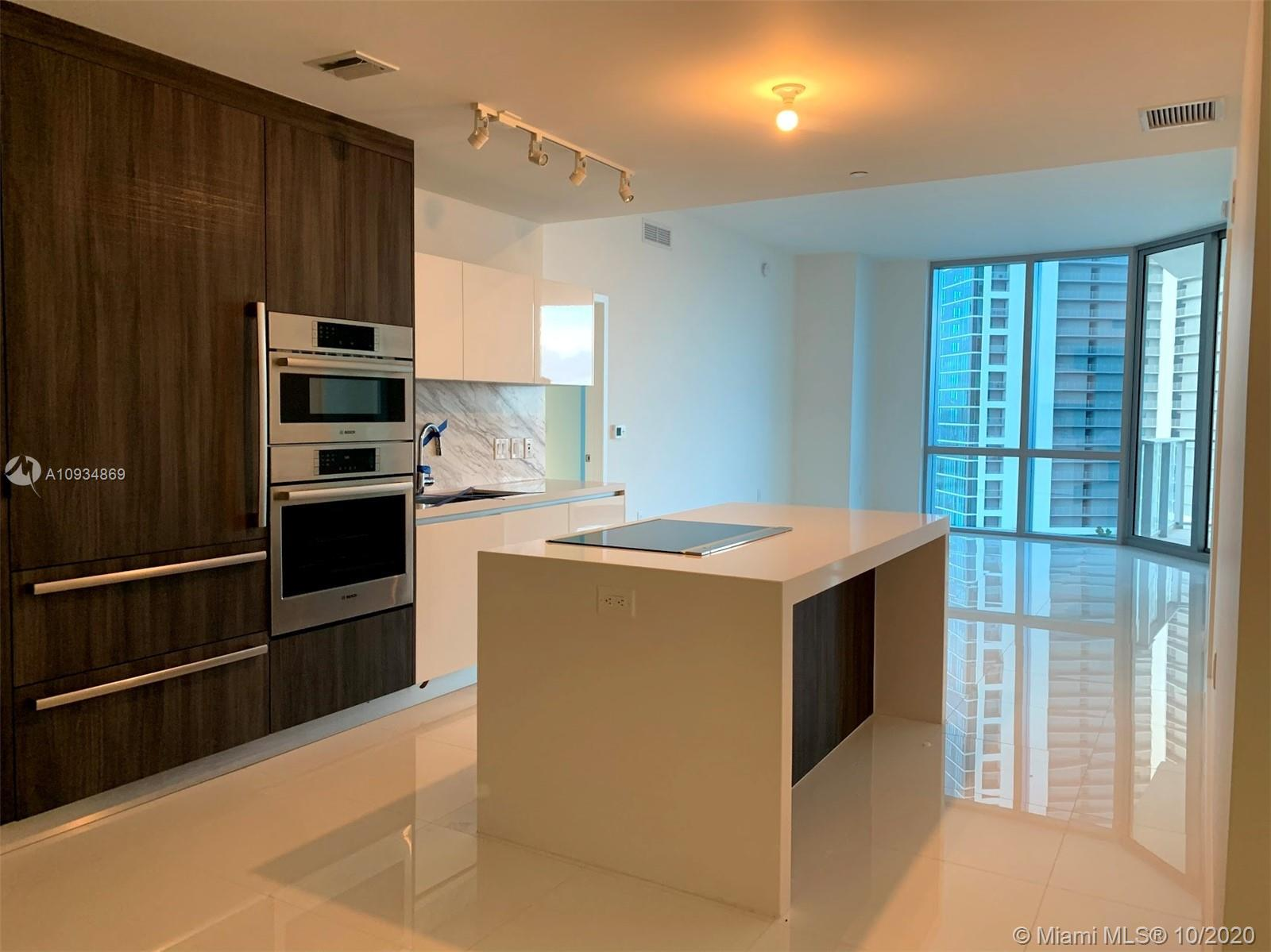 Now is your opportunity to live in the most luxury building in Downtown Miami. Features a spacious f