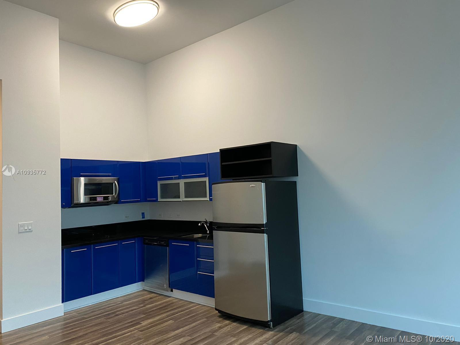 Really nice studio apartment in the heart of Miami! Freshly-painted walls, vinyl wood floors, modern