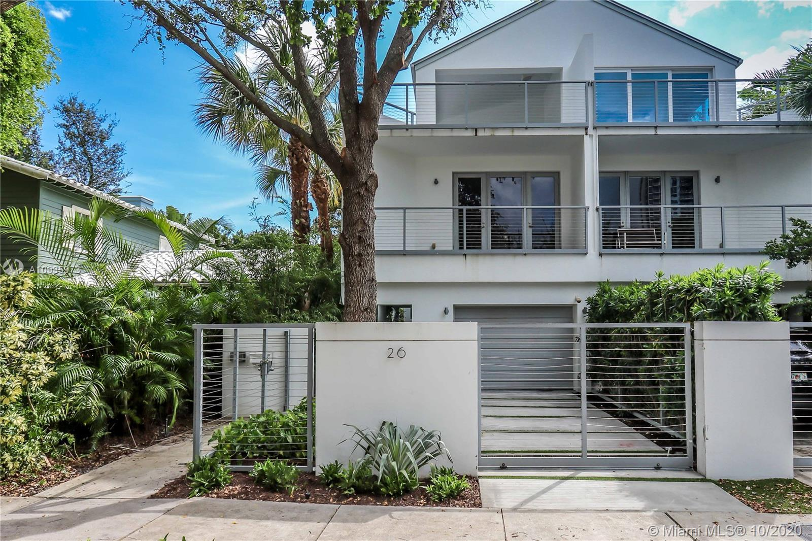 Massive, fee simple, 3 story townhome located in the heart of Downtown Fort Lauderdale. This propert