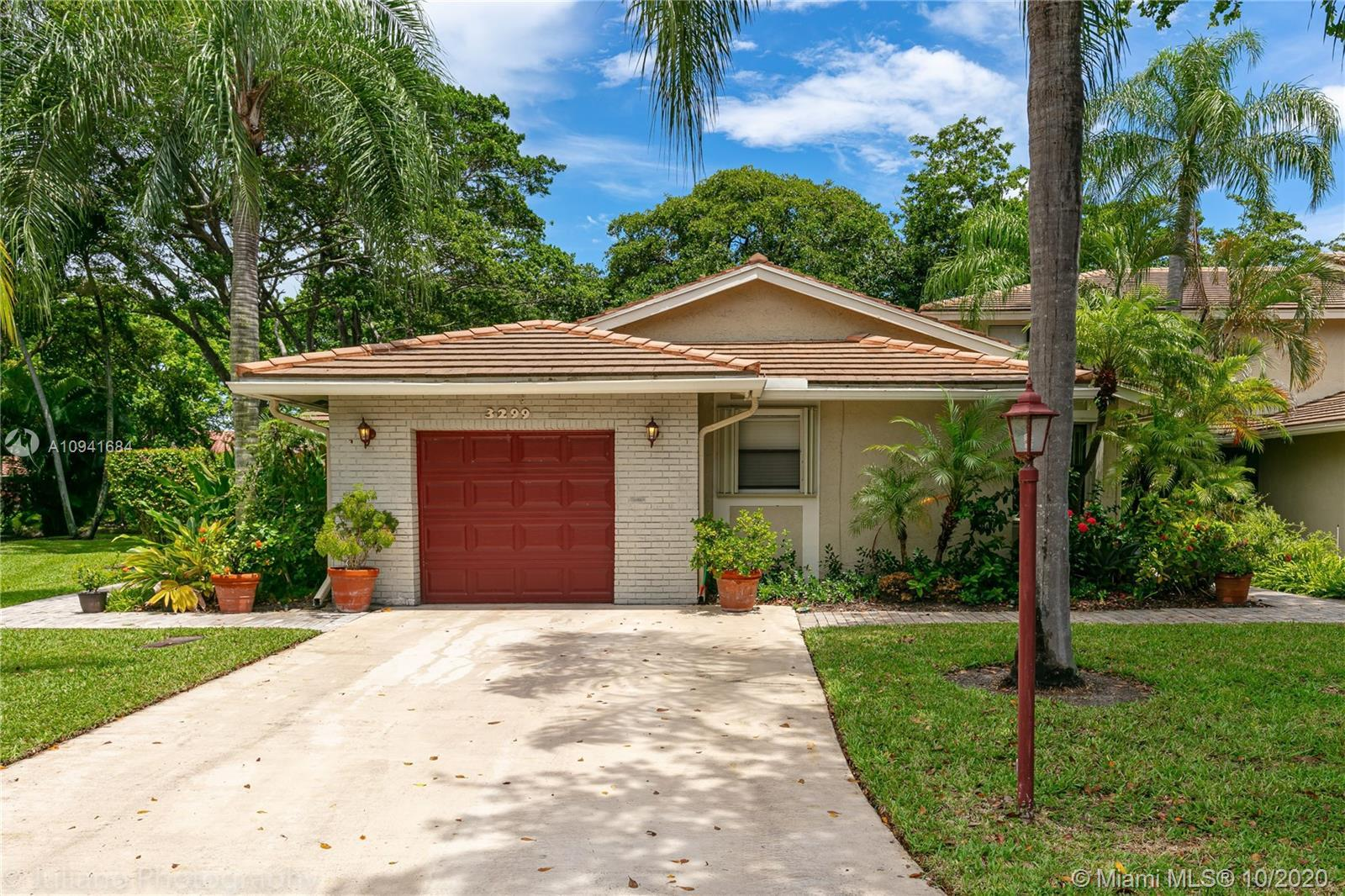 Highly sought after Deer Creek 2 bed / 2 bath Villa beautifully maintained and updated!  Porcelain f