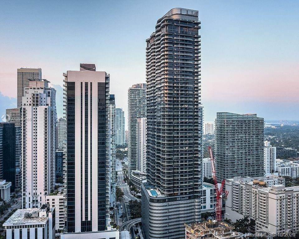 UNIQUE OPPORTUNITY TO LIVE IN THE PENTHOUSE 03 LINE AT BRICKELL FLATIRON. THIS STUNNING 3 BEDROOMS A