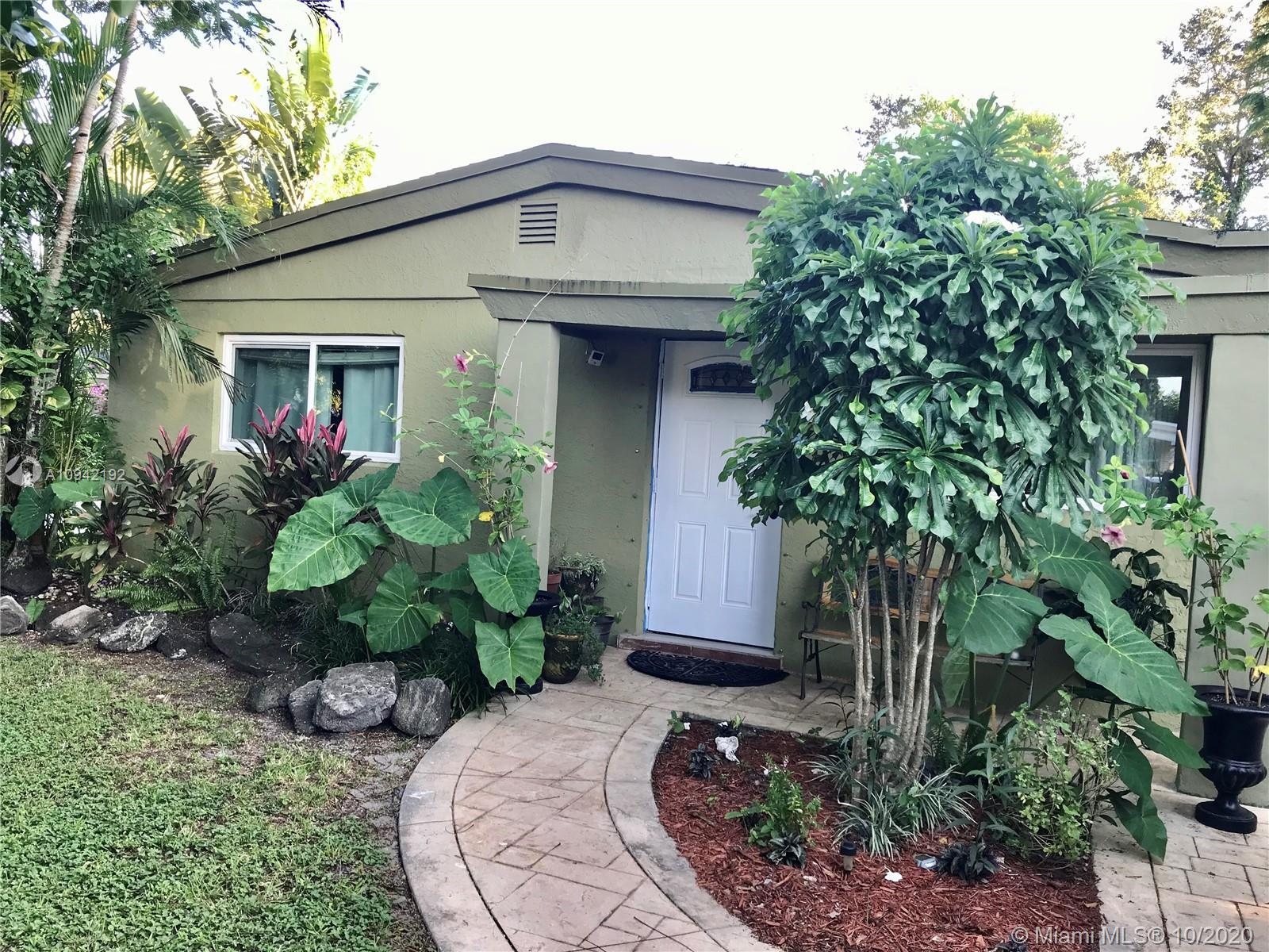 Great 3/2 single family home.  Centrally located in Hollywood.  No HOA close to everything - Great S