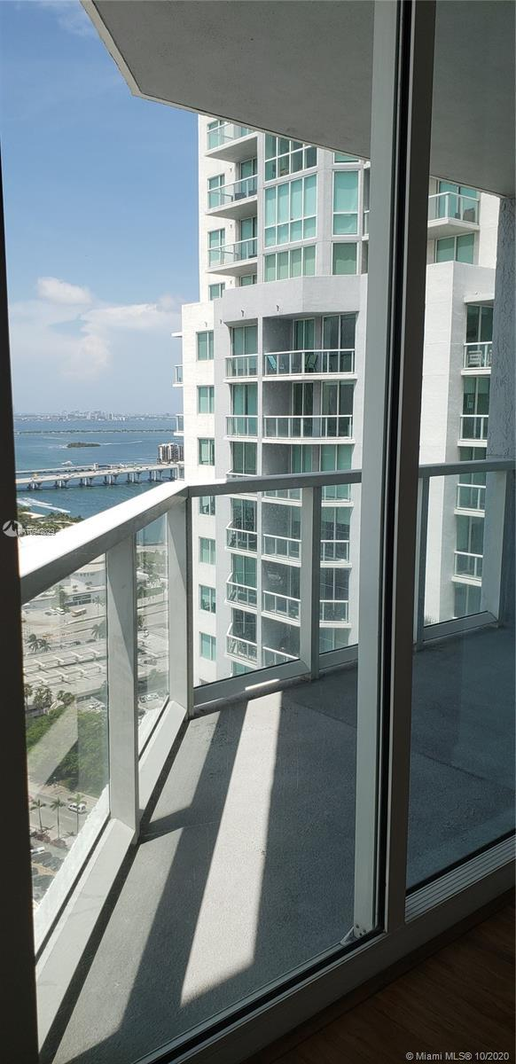 Spectacular large corner unit at the Vizcayne Condo in Downtown Miami.This 2 beds/2 baths offers exc