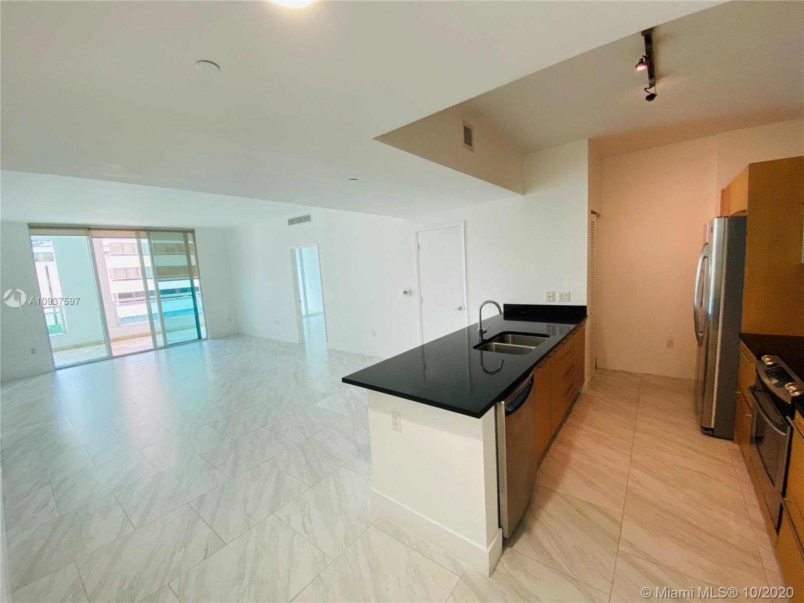 Beautiful 2 bed / 2 bath unit facing Brickell Ave. Residence features modern stainless steel applian