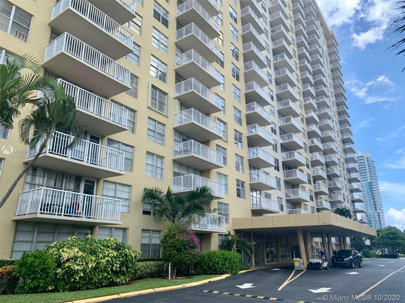 Updated 1/1,5 unit on high floor in the W400 that located in the heart of desirable Sunny Isles Beac