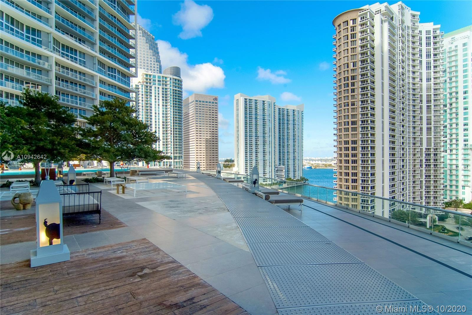 Amazing unit with One bedroom/ One Bathroom on the 40th floor with an incredible view. Installed Por