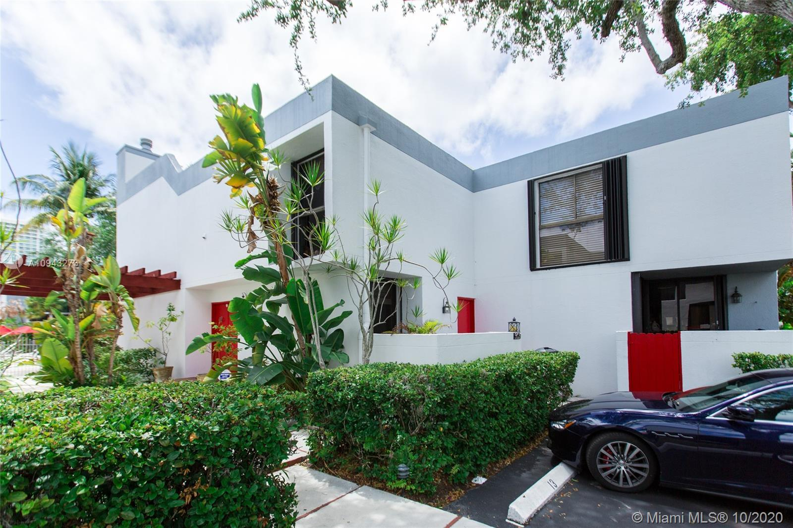 Hidden gem right in the heart of Aventura. Spacious 3/3 townhouse in The Courtyards of Aventura. Tas