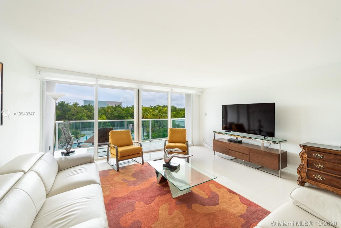 Located in front of the Beach at Arlen House Condo - Sunny Isles. Great view to the swimming pool, q