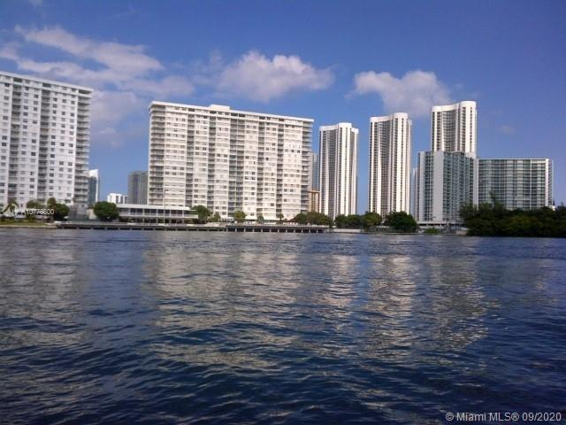 Remodeled apt with breathtaking views of the Ocean & Intracoastal from every room. Walking distance