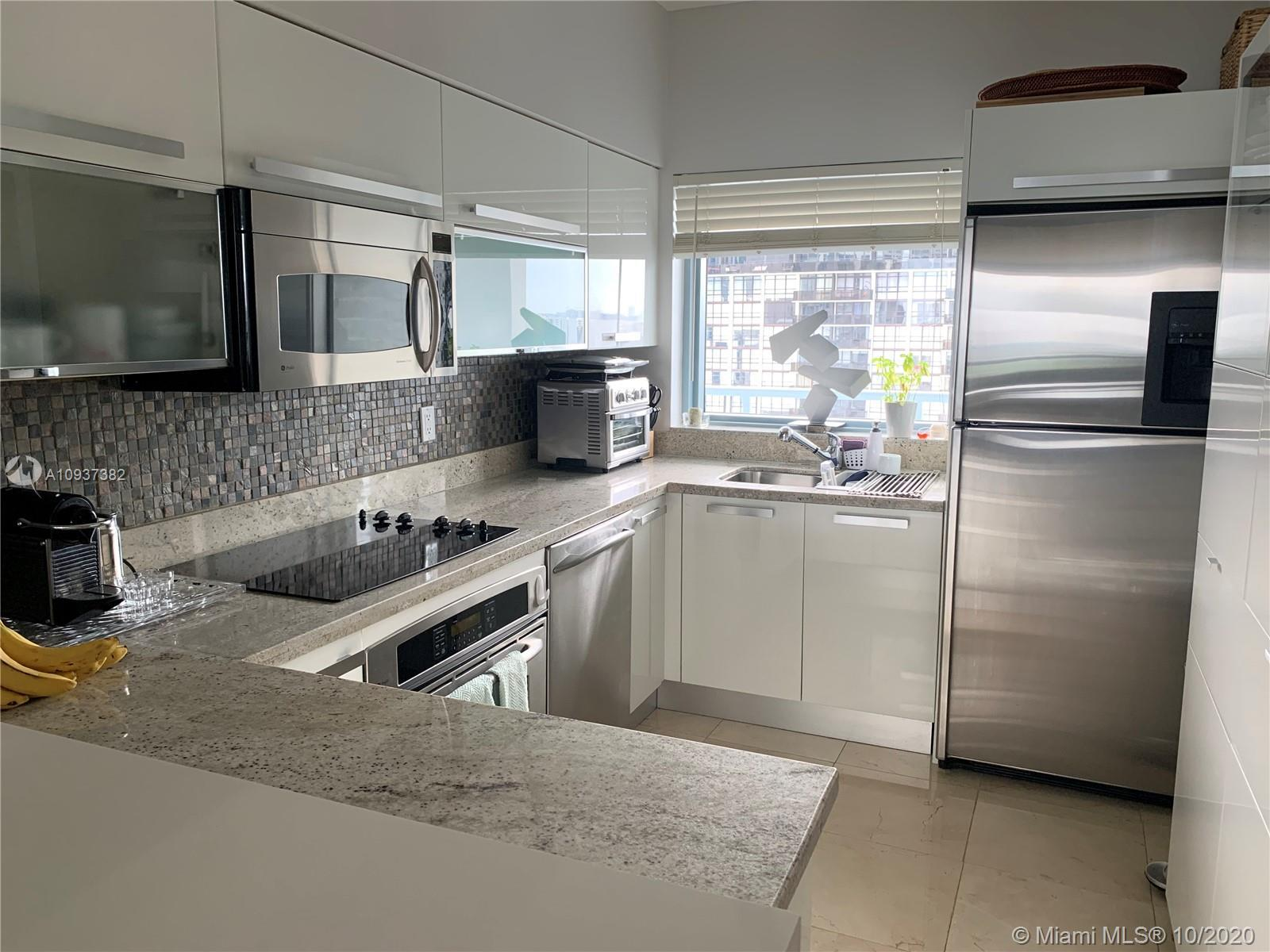 Great impecable apartment, open kitchen with quartz and granite countertop, stainless steel applianc