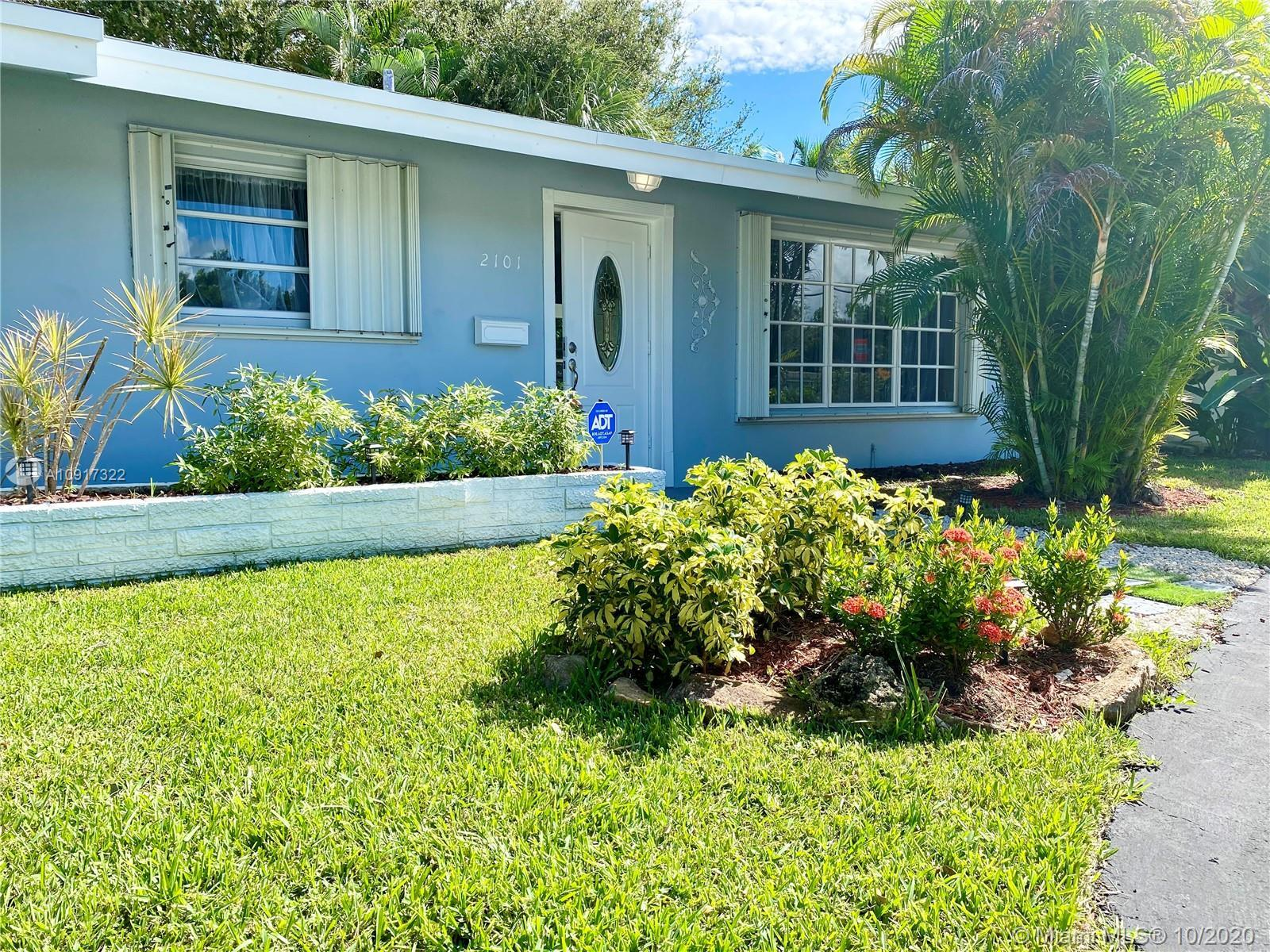 Tropical Oasis in Lighthouse Point. Oversized 9,269 sqft Corner lot. Single home 1484 sqft 3 bedroom