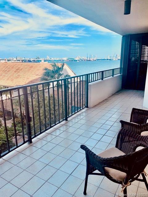 Relaxing island home on Brickell Key in bustling Downtown Miami.Enjoy water, garden and city views f