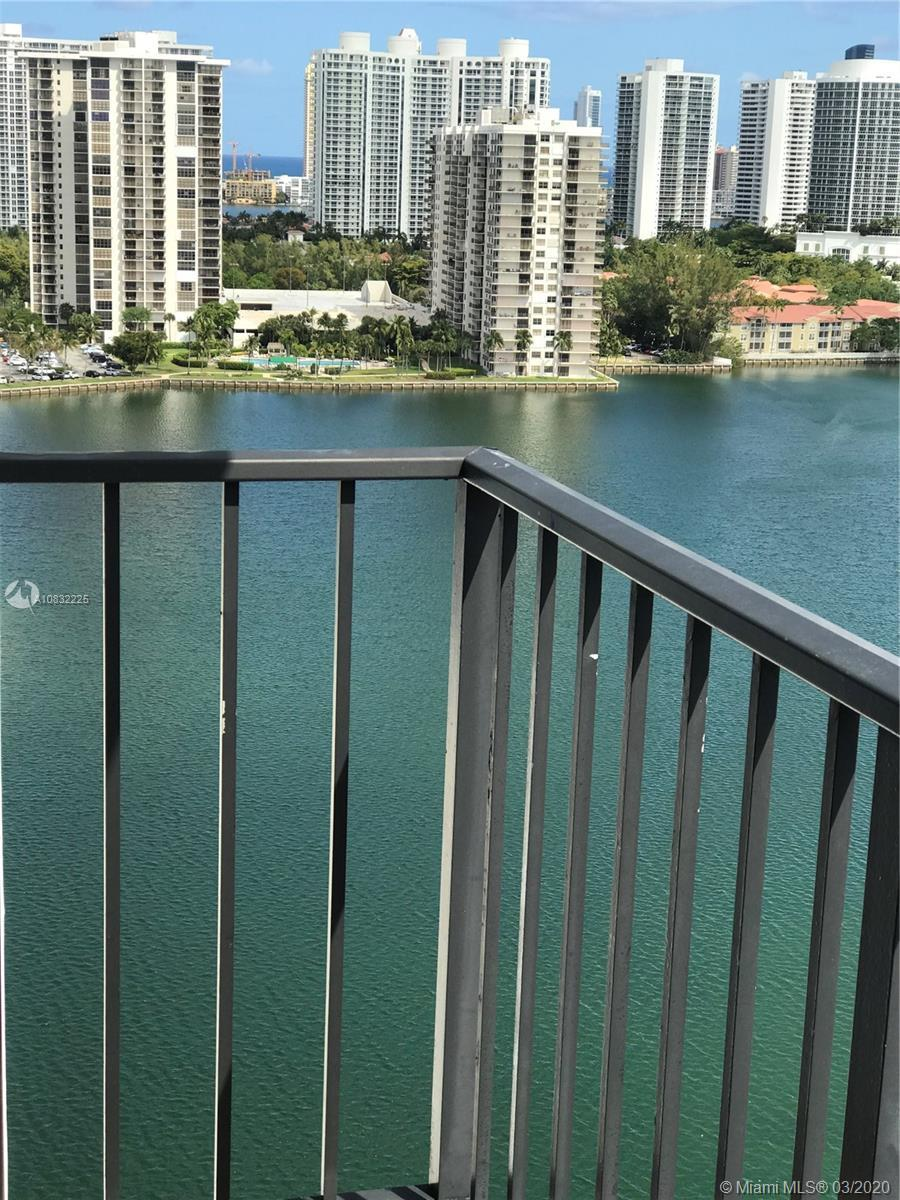 Great opportunity for those who wants to live in Aventura with an Spectacular view. This is a 2/2 in