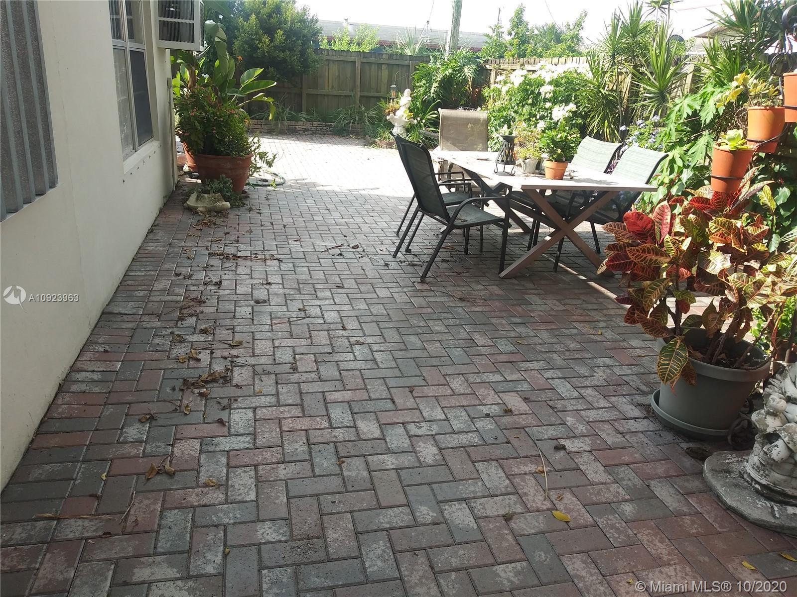 FANTASTIC 4 BEDROOMS 3 BATHROOMS HOME WITH TWO MASTERS, LOCATED IN A DESIRABLE AREA IN FORT LAUDERDA