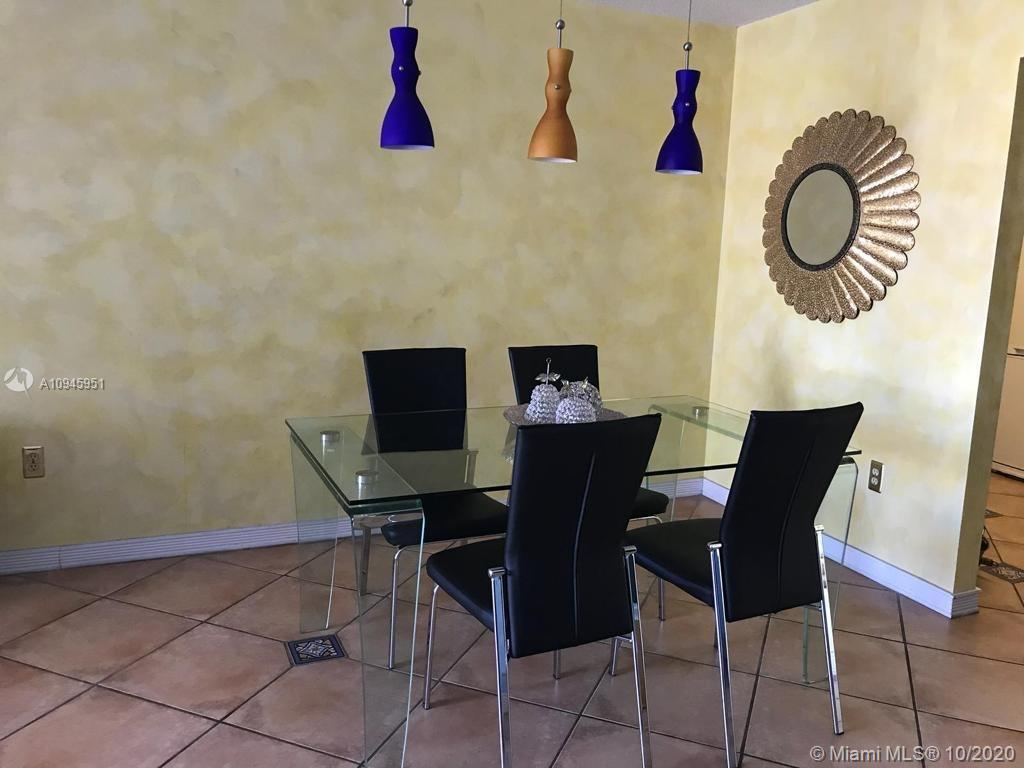 Amazing bright unit with water views. Close to supermarkets, restaurants, Aventura Mall and other en