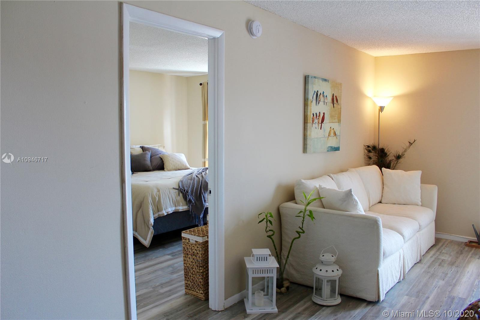 Great location! One block to the beach, close to restaurants and stores, Publix 2 blocks away. 1 bed