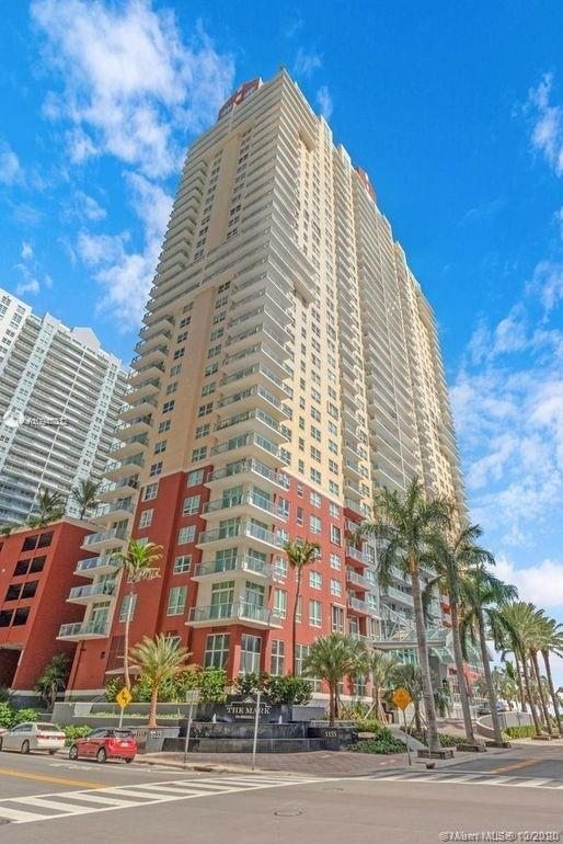 Beautiful 2 bed/2 bath corner unit with water and city views located in the heart of Brickell. Spaci