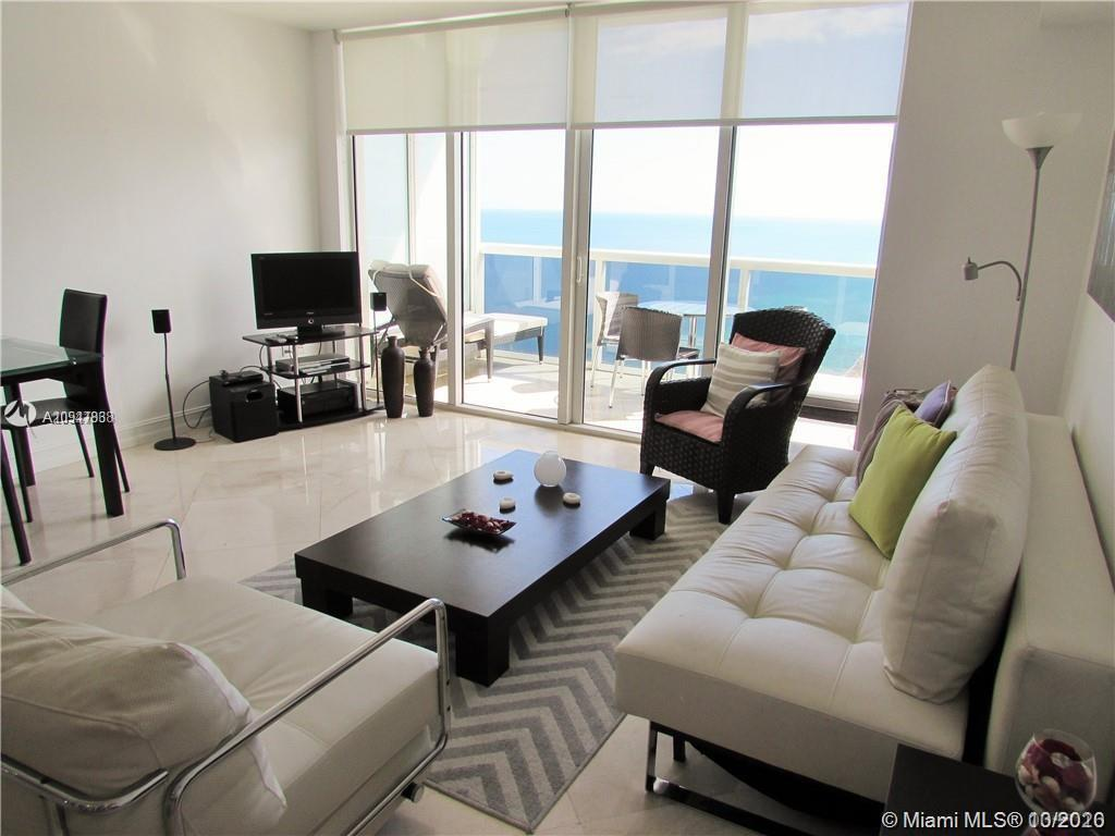 ENJOY LIVING AT DESIRABLE BEACH CLUB IN HALLANDALE. CLOSE TO SHOPS, RESTAURANTS, Fort Lauderdale AIR