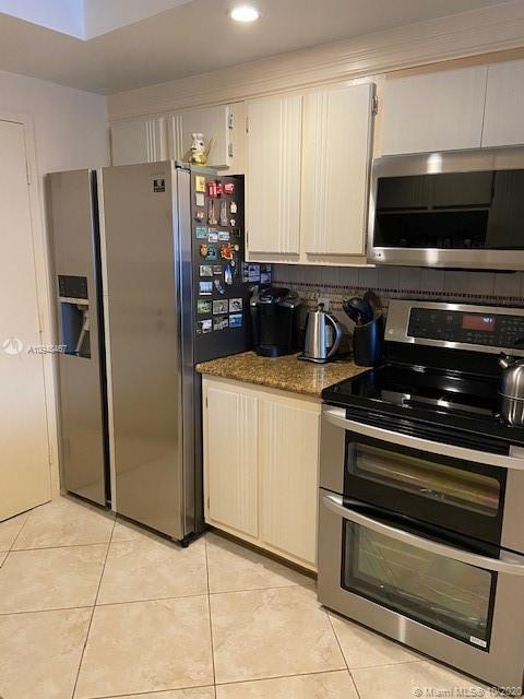 Great spacious 2 bedroom. Both rooms has bath in suite .Large walk -in closet.Extra storage space.BB