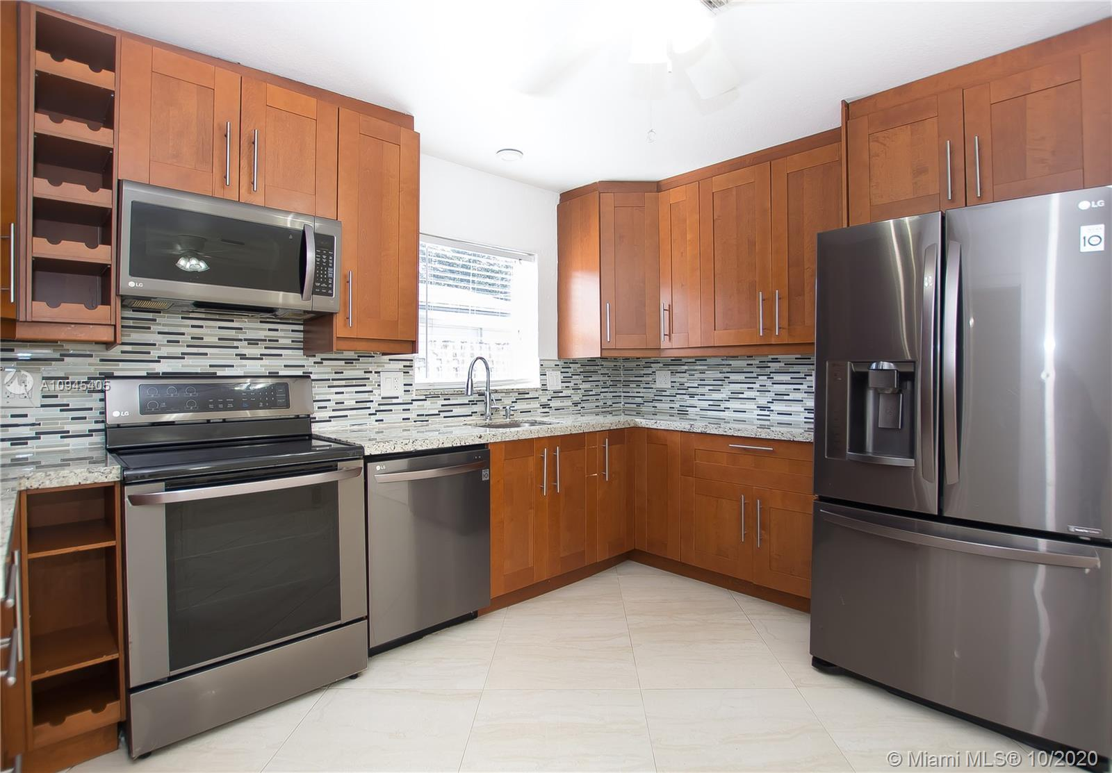 SINGLE FAMILY HOME 3/2 + OFFICE SPACE**RECENTLY UPGRADE WITH WHITE PORCELAINE FLOOR THROUGOUT**NEW K