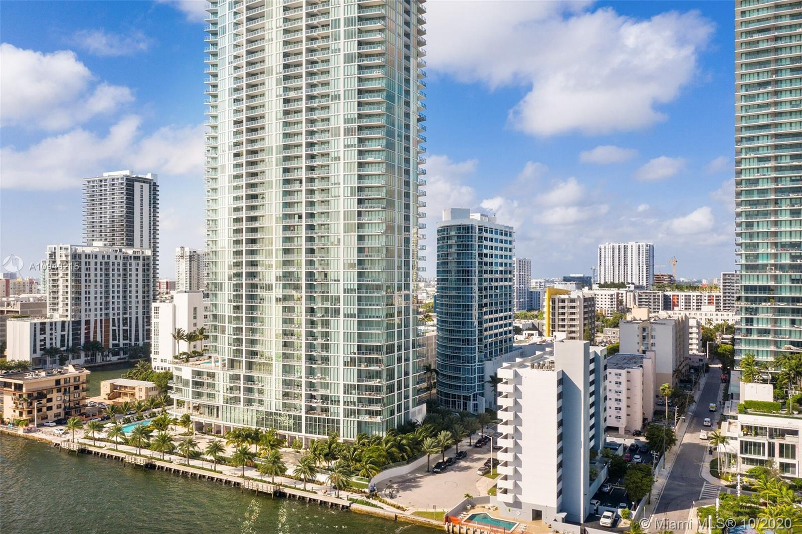 Spectacular 1 bed/1.5 baths with an extraordinary views. This amazing condo unit features wood floor
